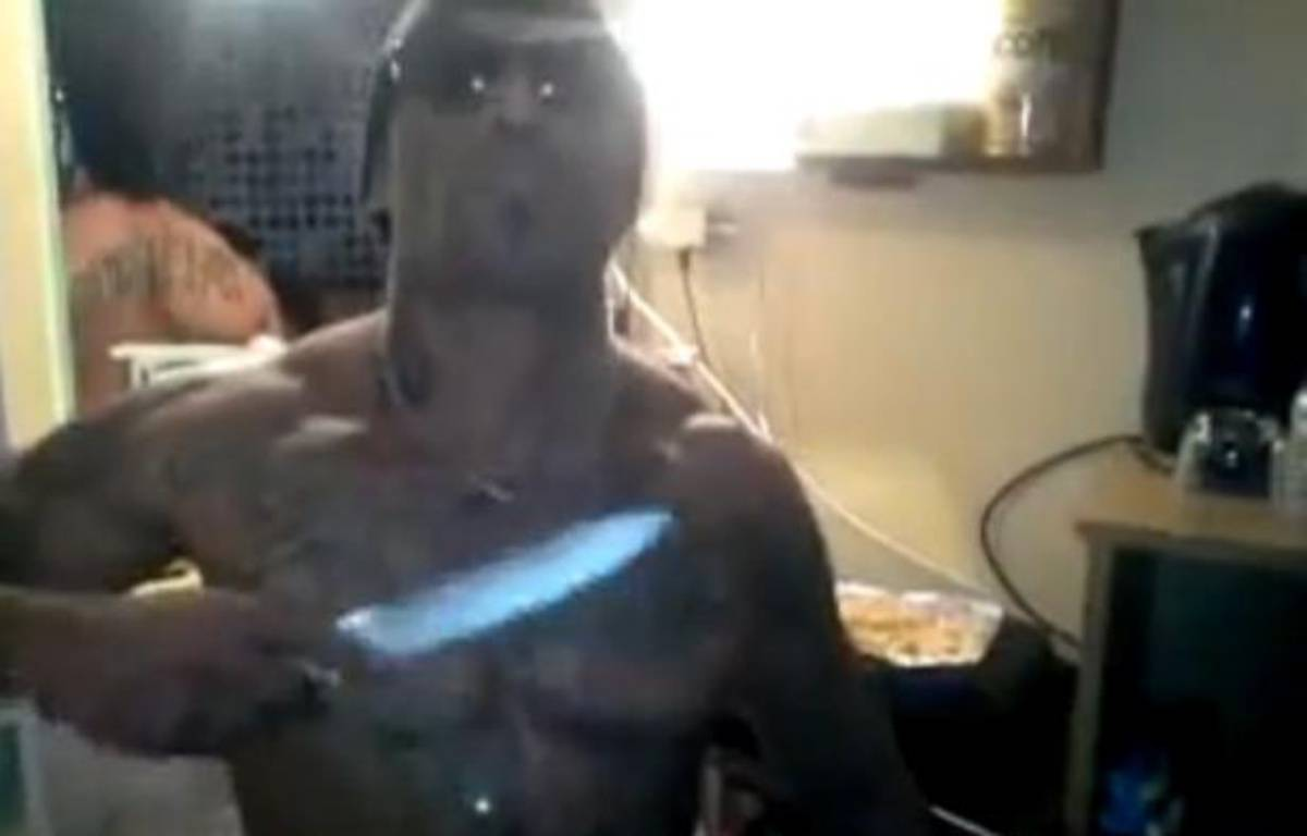 Capture d'écran d'une vidéo YouTube montrant des détenus menacer Morsay depuis leur cellule de Lannemezan, couteaux à la main, en février 2013. – 20 MINUTES
