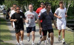 Cécilia Sarkozy flânant dans les rues, son mari faisant son jogging: le couple Sarkozy a repris dimanche le cours de ses vacances à Wolfeboro (New Hampshire, nord-est), au lendemain de l'invitation du président George W. Bush dans l'Etat voisin du Maine.