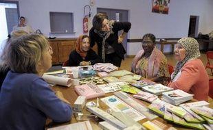 """Les chibanias de Marseille, celles qui ont les """"cheveux blancs"""" en arabe, ont quitté leur Algérie natale pendant les Trente Glorieuses pour rejoindre leurs maris venus construire immeubles et routes en France. Veuves pour la plupart, elles vivent désormais avec peu de ressources et peinent à faire valoir leur droit sociaux."""