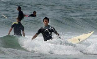 Sable blanc, soleil éclatant, vagues imposantes: la plage de Toyoma fournit un cadre idéal aux surfeurs venus de bon matin glisser sur les flots... si ce n'est qu'elle est située à 50 kilomètres de la centrale nucléaire accidentée de Fukushima.