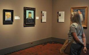 Une visiteuse admire des peintures de Vincent Van Gogh, au musée d'art de Détroit, 2 octobre 2013