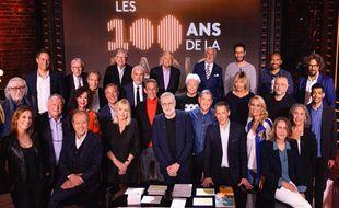 Laurent Ruquier entouré des invités de la spéciale d'On est en direct pour les 100 ans de la radio.