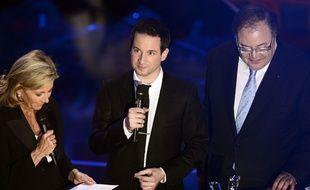 Le pianiste Bertrand Chamayou reçoit une Victoire de la musique classique des mains de Claire Chazal et Frédéric Lodéon, le 24 février 2016 à la Halle aux grains de Toulouse.