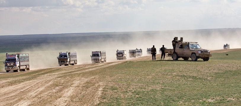 Des civils fuient la dernière poche tenue par Daech, autour de Baghouz, en février 2019.