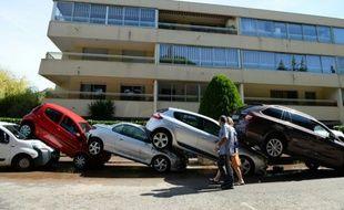 Des voitures se chevauchent après une forte tempête à Mandelieu-la-Napoule le 4 octobre 2015
