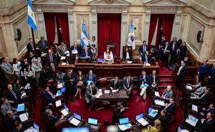 La vice-présidente Cristina Fernandez de Kirchner préside la session au Parlement où la loi proposée par le préesident Alberto Fernandez est discutée à Buenos Aires le 20 décembre 2019.
