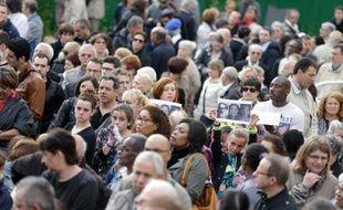 Près d'un millier de personnes participent à Villejuif à une marche silencieuse en hommage à Aurélie Châtelain le 25 avril 2015