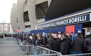 Les supporters du PSG, faisant la queue pour obtenir des billets pour PSG - Barça, le 18 mars 2013.