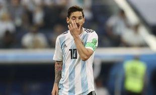 Lionel Messi se met le doigt dans l'oeil.