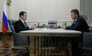 Le Premier ministre russe Dimitri Medvedev (à gauche) rencontre le directeur général de Gazprom, le 3 avril 2014. Le géant gazier a enjoint l'Ukraine de payer sa dette.