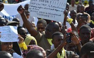 Plusieurs centaines de personnes ont manifesté jeudi à Niamey contre le géant du nucléaire français Areva, accusé d'extraire de l'uranium dans le nord du Niger au mépris des lois nationales, dans un contexte tendu de renégociation de contrats d'exploitation de ce minerai.