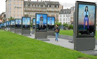 """Plusieurs """"Warriors"""" sont exposés sur la place de la Gare à Strabsourg."""