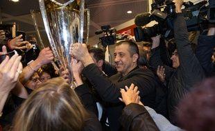 Le président  du RC Toulon Mourad Boudjellal et le trophée de la Champions Cup à l'aéroport de Hyères-Toulon, le 3 mai 2015.