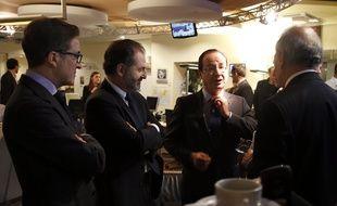 Le président Francois Hollande (deuxième à droite) entouré de son conseiller Aquilino Morelle, le patron du groupe Lagardère Active Denis Olivennes et le journaliste Jean-Pierre Elkabbach à Europe 1 le 21 décembre 2012 à Paris