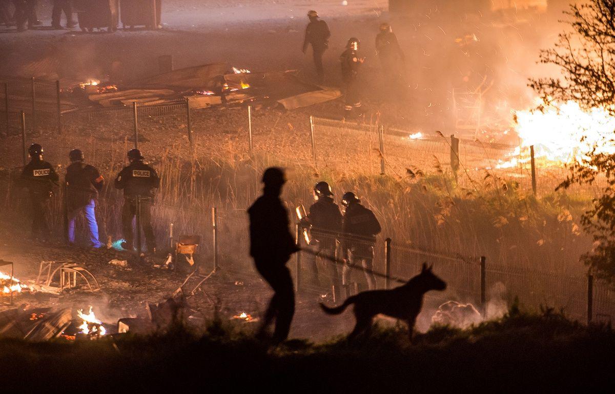 La police patrouille autour du camp de migrants de Grande-Synthe, ravagé par un incendie, le 10 avril 2017. – PHILIPPE HUGUEN / AFP
