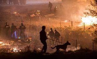 La police patrouille autour du camp de migrants de Grande-Synthe, ravagé par un incendie, le 10 avril 2017.