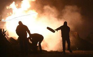 Des éleveurs brûlent des pneus sur la RN 12 le 20 janvier 2016 près de Saint Brieuc, lors d'une manifestation pour attirer l'attention sur leur situation économique