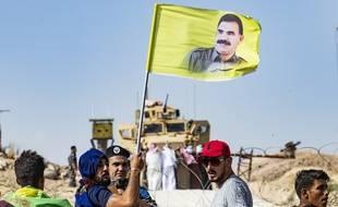 Des jurdes brandisssant le drapeau du leader emprisonné par les turcs Abdullah Öcalan.