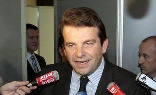 """L'élu UMP des Hauts-de-Seine Thierry Solère a estimé lundi que la candidature de Claude Guéant aux législatives à Boulogne était """"une erreur"""", assurant que lui-même serait candidat dans cette ville des Hauts-de-Seine."""