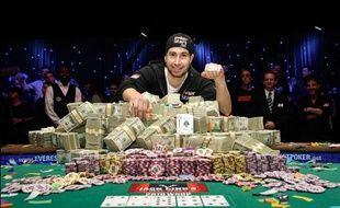 Jonathan Duhamel pose avec son pactole et son bracelet de champion du monde de poker à Las Vegas, le 8 novembre 2010.