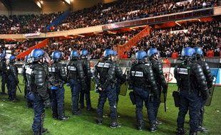 Les gendarmes postés au pied de la tribune Boulogne, au Parc des Princes, lors d'un match entre le PSG et Marseille, le 28 février 2010.