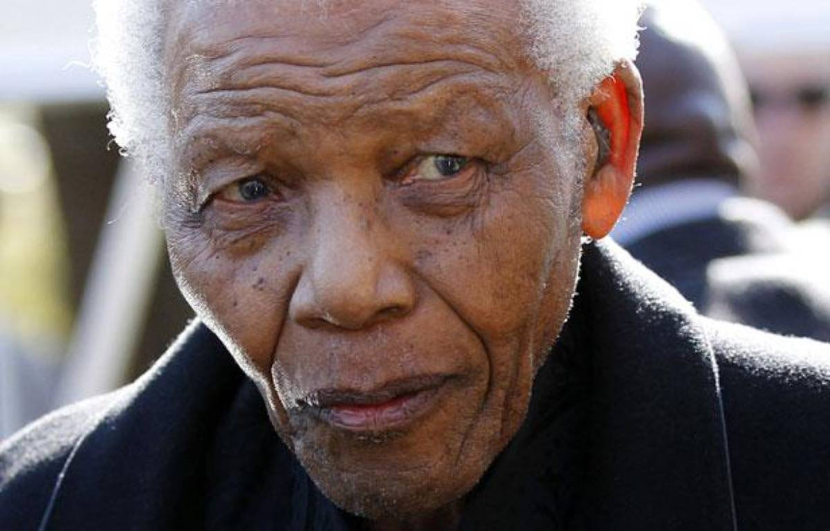 L'ancien président Nelson Mandela, arrive aux obsèques de son arrière-petite-fille, Zenani Mandela, à Sandton, au nord de Johannesburg, le 17 juin 2010. – AFP PHOTO / POOL - Siphiwe Sibeko
