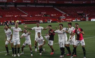 Les joueurs du FC Séville célèbre leur victoire contre le Betis pour la grande reprise de la Liga, le 11 juin 2020.