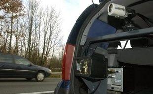 Un conducteur de 21 ans a été contrôlé dimanche soir à 200 km/h alors qu'il regardait une vidéo au volant sur l'autoroute A10 près de Tours.