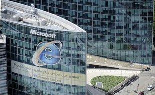 Le géant américain des logiciels Microsoft, dont la filiale française a été l'objet d'un contrôle fiscal le 28 juin à Issy-les-Moulineaux (Hauts-de-Seine), est soupçonné par Bercy de fraude fiscale en France, selon le Canard Enchaîné à paraître mercredi.