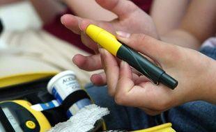 Illustration d'une personne diabétique en train de contrôler sa glycémie.