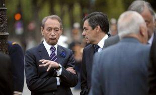 """Le maire (PS) de Paris Bertrand Delanoë a estimé lundi que le Premier ministre François Fillon, candidat dans la capitale pour les législatives, agit """"comme un opposant politique local"""" sur les dossiers parisiens."""