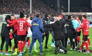 Début de bagarre en Allemagne après que le capitaine de l'Eintracht Francfort David Abraham a violemment bousculé le coach de Fribourg, le 10 novembre 2019.