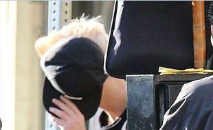 Justin Bieber masque sa nouvelle blonditude