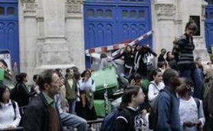 Les élèves du lycée Voltaire protestent contre l'élection de Nicolas Sarkozy, le lundi 7 mai 2007. Deux cents jeunes se sont retrouvés place de la Bastille au cri de «Sarko, racaille, faut que tu t'en ailles.»
