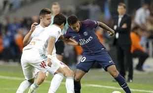 Neymar entouré de deux marseillais, le symbole de la soirée du brésilien au Vélodrome.