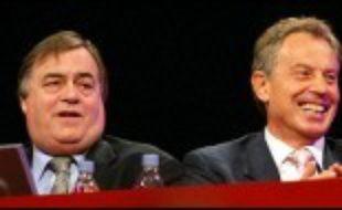 """Le défi pour Gordon Brown est complexe. Il doit à la fois se distancer de Tony Blair, pour sembler offrir du neuf aux travaillistes, tout en restant fidèle au Premier ministre pour ne pas raviver les accusations de trahison lancées contre lui au début du mois, lors de la tentative de """"coup"""" contre M. Blair, qui l'a lui aussi affaibli."""