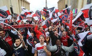 """Les supporters parisiens fêtent le titre du PSG, le 13 mai 201""""3 place du Trocadéro."""