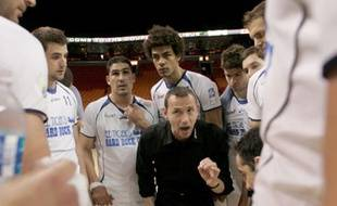 Patrice Canayer, l'entraîneur du Montpellier Handball, au milieu de ses joueurs en finale de la Coupe de la Ligue à Miami, le 11 avril 2009