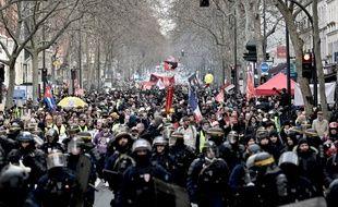 Des manifestants défilant boulevard Diderot à Paris lors de la manifestation contre la réforme des retraites, le samedi 11 janvier.