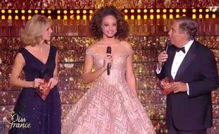 Alicia Aylies, Miss France 2017, entourée de Sylvie Tellier et Jean-Pierre Foucault lors de l'élection de Miss France 2018