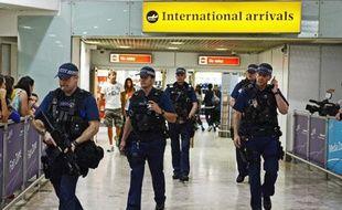 Des policiers britanniques dans le hall des arrivées à l'aéroport d'Heathrow, en 2012 à Londres