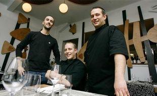 Mickaël et Gaël Tourteaux (à droite, dans leur restaurant) ont séduit les critiques