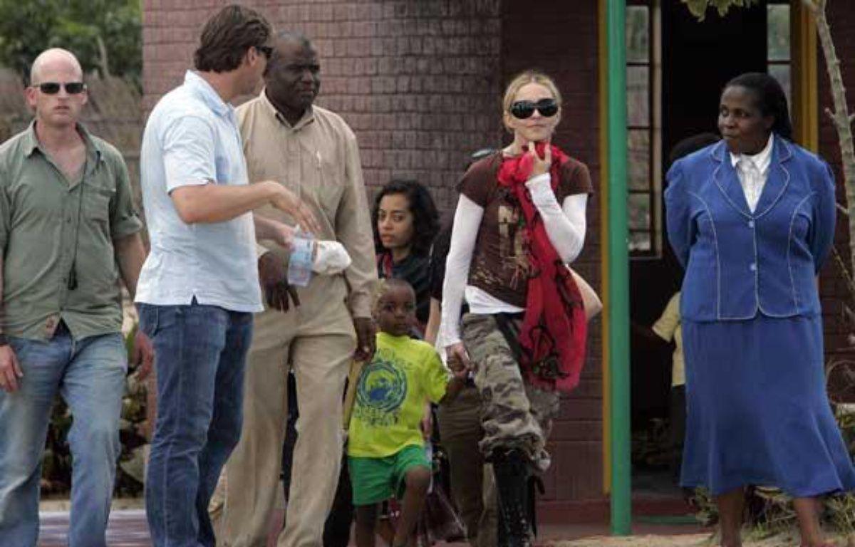 Madonna et son fils adoptif David Banda, le 30 mars 2009, au Malawi. – REUTERS/Antony Njuguna