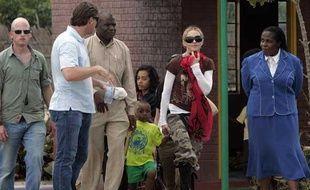 Madonna et son fils adoptif David Banda, le 30 mars 2009, au Malawi.