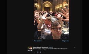 Paris, le 6 juin 2017. Matthew Currie Holmes a pris en photo la scène où les visiteurs de la cathédrale de Notre-Dame devaient lever les mains sur ordre de la police.