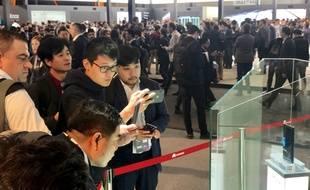 Le smartphone pliable Mate X de Huawei sous le feu des projecteurs au Mobile World Congress.