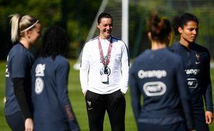 Corinne Diacre avec ses joueuses de l'équipe de France à l'entraînement à Clairefontaine, le 14 mai 2019.