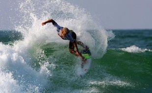 Le surfeur australien Mick Fanning surfe en finale du Quiksilver Pro France, le 27 septembre 2009 à Seignosse.