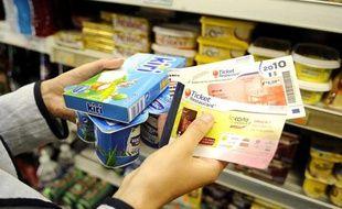 Achat de yaourts et fruits avec des tickets restaurant à Clamart, le 29 Juin 2010