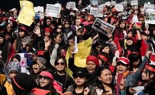 La police de Hong Kong a arrêté lundi une femme soupçonnée de violences habituelles sur son employée de maison indonésienne, une affaire qui a jeté dans les rues de la mégapole chinoise des milliers de domestiques étrangères réclamant justice.